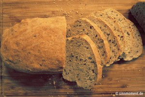 Frisches Dinkelbrot ist knusprig und bekömmlicher Brot mit Weizenanteilen