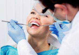 Eine professionelle Zahnreinigung kann Zahnstein vorbeugen