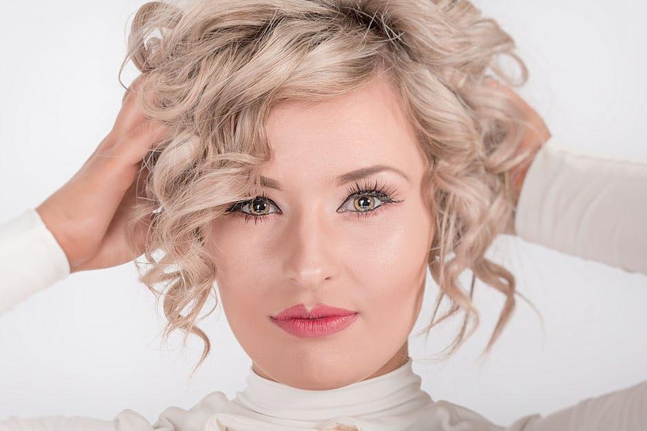 Tipps für ein Haarstyling mit Haarspray
