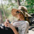 Mit Hut und Sonnenbrille die Gesichtshaut aktiv vor Faltenbildung schützen