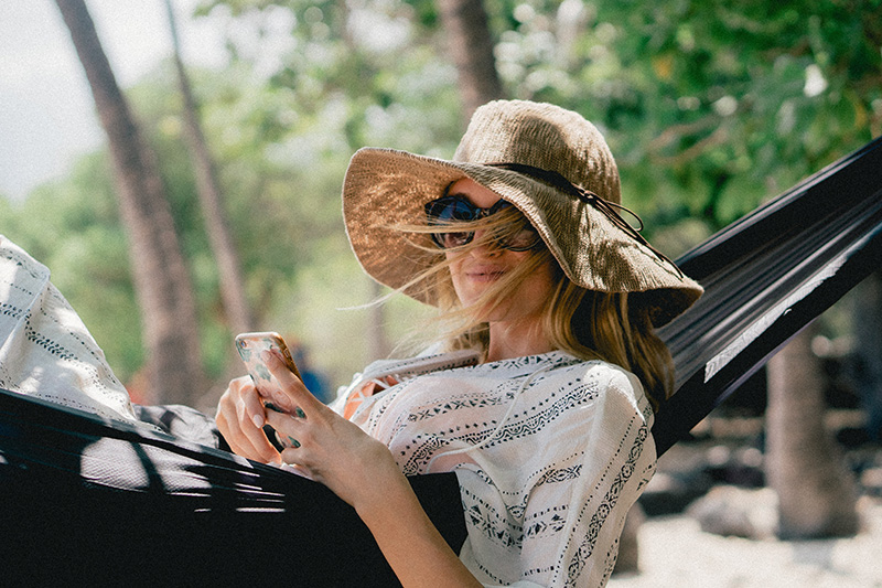 Falten natürlich vorbeugen mit Hut und Sonnenbrille